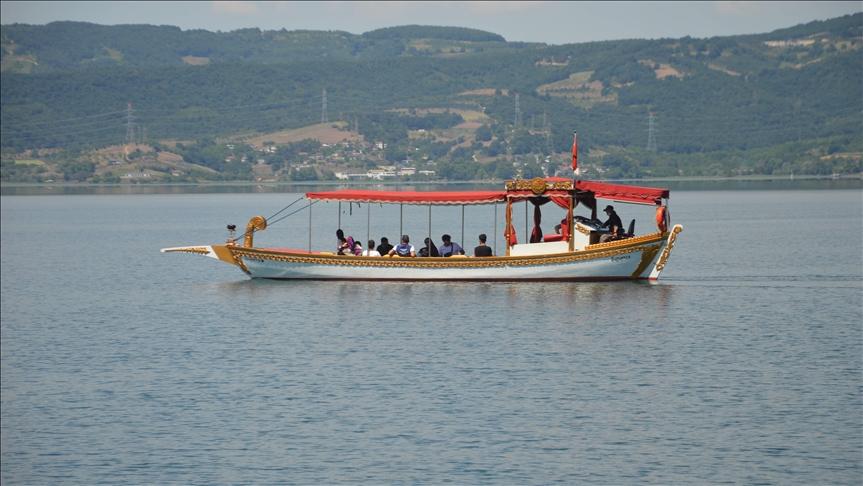 معظمهم عرب.. السياح يستمتعون بجمال بحيرة صبانجا التركية
