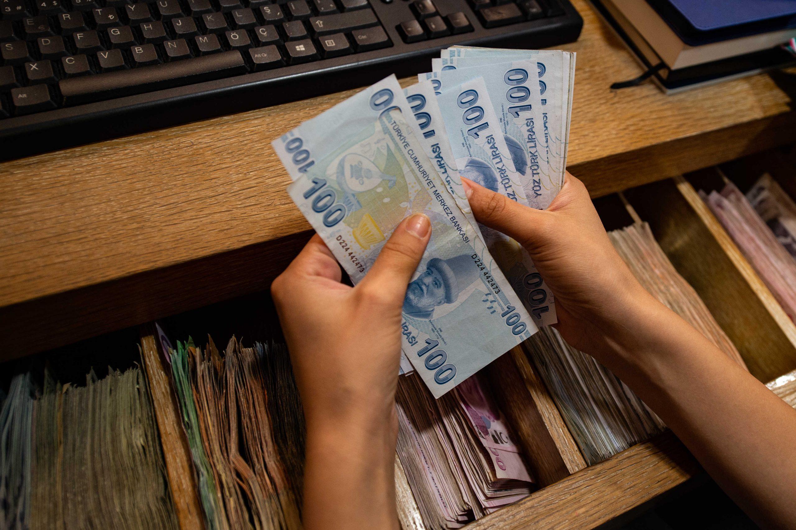 سعر صرف الليرة التركية مقابل الدولار واليورو أول أيام عيد الأضحى