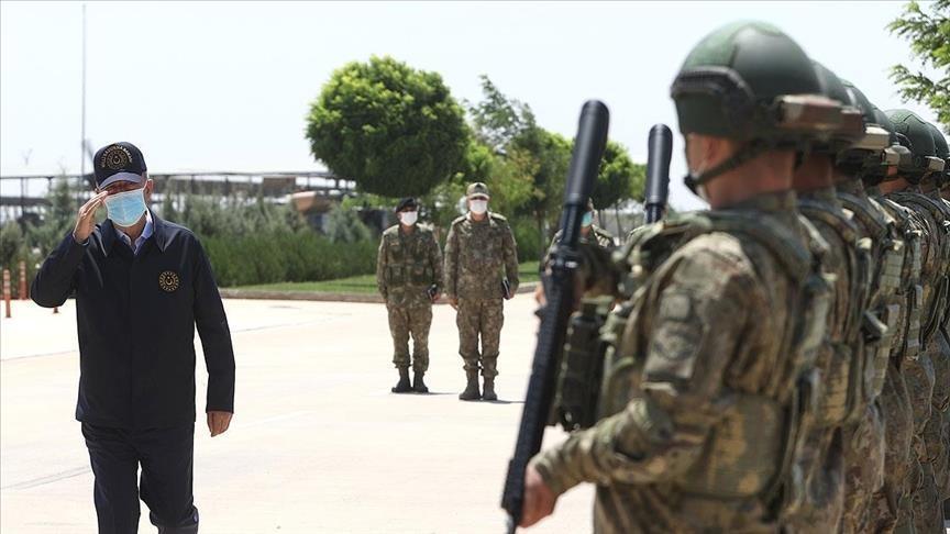 تركيا.. وزير الدفاع وقادة الجيش يتفقدون الوحدات على الحدود السورية