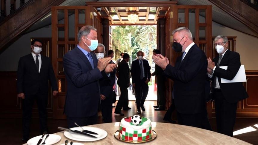 وزير الدفاع التركي يفاجئ نظيره الإيطالي بالاحتفال ببطولة أمم أوروبا