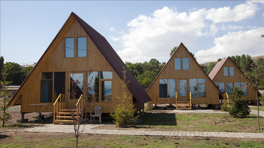 """على الطراز الإسكندنافي.. بيوت """"خشبية"""" بضفاف بحيرة وان"""
