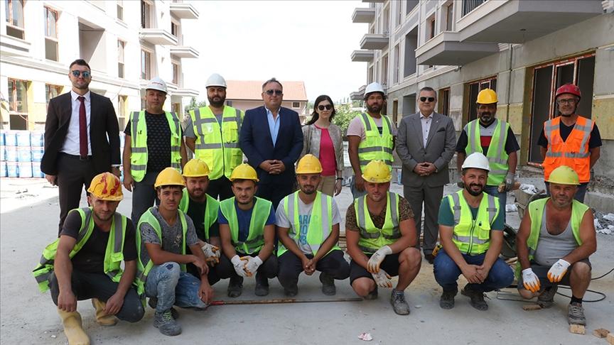 """ألبانيا.. سفير أنقرة يتفقد أعمال بناء المساكن التركية في """"لاتش"""""""