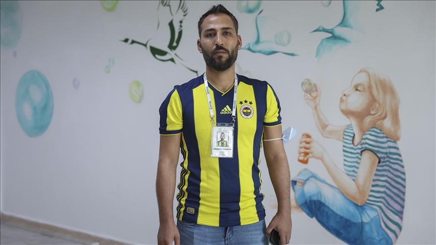 """سوري يُهدي قمصان """"فنربخشة"""" التركي للأطفال والفقراء"""