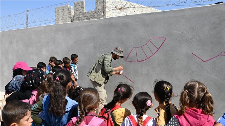 رسّام تركي يمارس مهنته برفقة أيتام سوريين في الباب