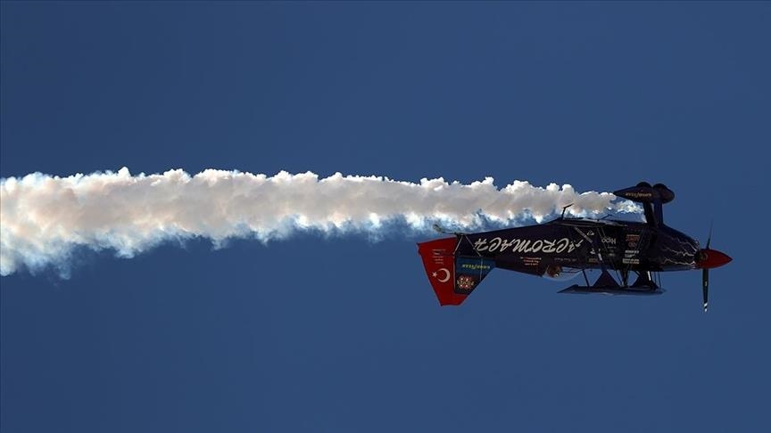 """تركيا.. عروض جوية مثيرة تزيّن أجواء """"أسكي شهير"""""""