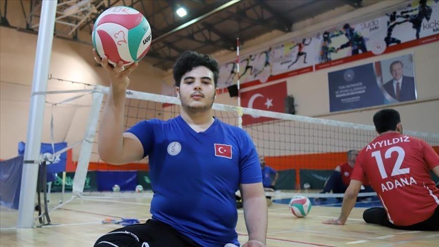 فقد رجله بقصف نظام الأسد.. سوري يمثل المنتخب التركي للكرة الطائرة