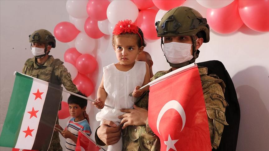 """الجيش التركي يحتفل بعيد ميلاد الطفلة السورية """"بينار"""".. ماقصتها ولماذا ارتبطت بعملية """"نبع السلام""""؟"""