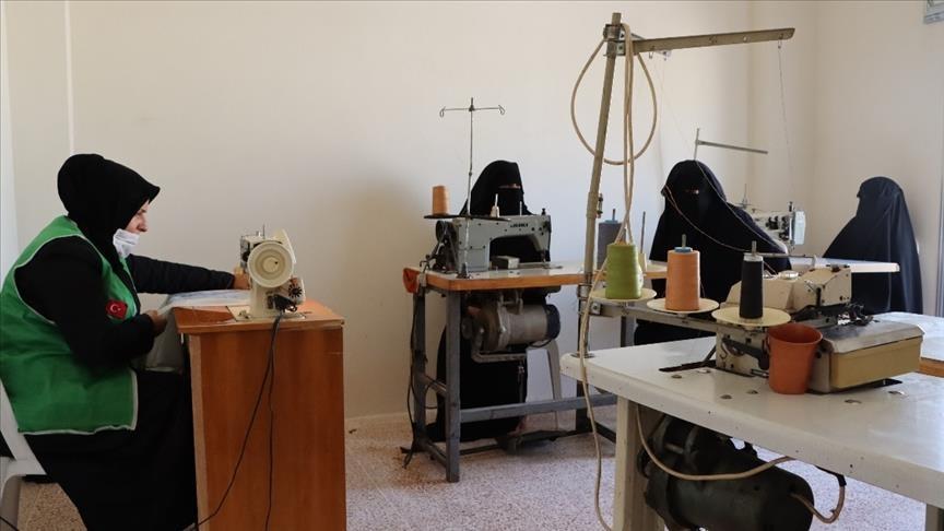 """""""الإغاثة التركية"""" تنشئ ورشة خياطة لأمهات بعفرين السورية"""