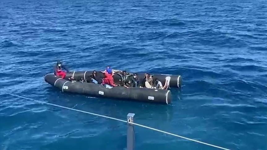 إنقاذ 22 طالب لجوء دفعتهم اليونان نحو المياه التركية