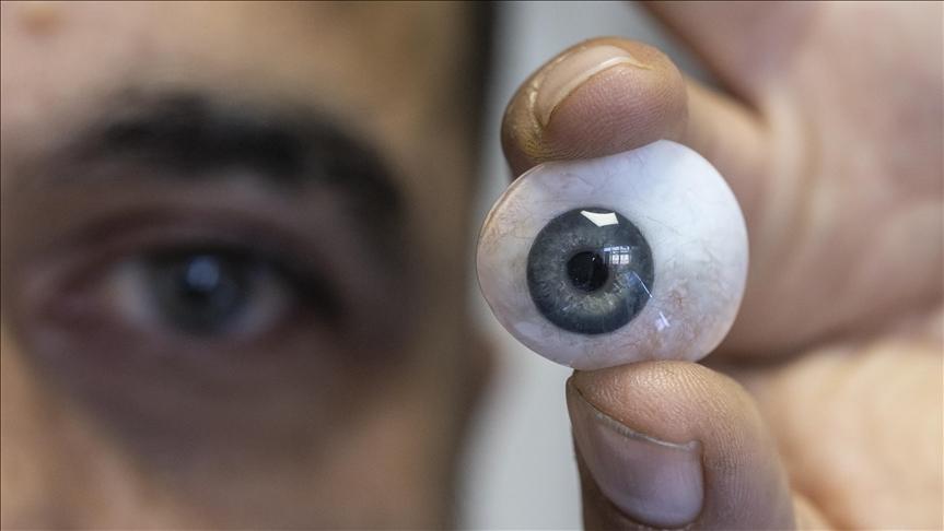 أنقرة.. تركي يبدع في صنع العيون الاصطناعية